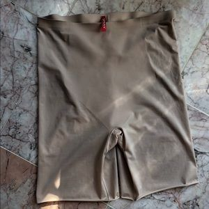 Spanx trust your thinstincts mid thigh short